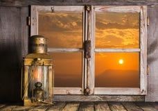 Fondo romántico de la madera con salida del sol adornada con una c vieja Foto de archivo
