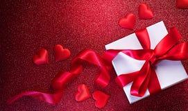 Fondo romántico del día de tarjeta del día de San Valentín con la caja de regalo y los corazones rojos del satén Caja de regalo s fotografía de archivo libre de regalías