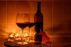 Fondo romantico con i bicchieri di vino e l'anello Fotografie Stock Libere da Diritti