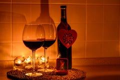 Fondo romantico con i bicchieri di vino e l'anello Fotografia Stock