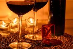 Fondo romantico con i bicchieri di vino e l'anello Fotografia Stock Libera da Diritti