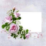 Fondo romantico con la carta per testo, le belle rose rosa, la busta ed il nastro Fotografia Stock