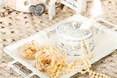 Fondo romantico con le rose, collana delle perle, vecchio pizzo Fotografie Stock Libere da Diritti