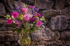 Fondo romantico della parete della roccia e del mazzo fotografia stock