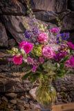 Fondo romantico 3 della parete della roccia e del mazzo immagine stock