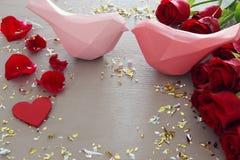 Fondo romantico di giorno di biglietti di S. Valentino con il bello mazzo delle rose sulla tavola di legno Fotografia Stock Libera da Diritti