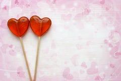 Fondo romantico di giorno del ` s del biglietto di S. Valentino Lecca-lecca sotto forma della fine del cuore su isolate su fondo  fotografia stock libera da diritti