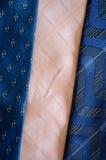 Fondo rosa blu di struttura delle sciarpe del legame del foulard Immagine Stock Libera da Diritti