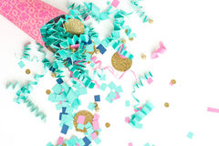 Fondo rosa di celebrazione dei coriandoli dell'oro e del blu immagini stock
