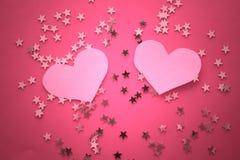Fondo rosado con las estrellas y el corazón brillantes de oro Imagenes de archivo