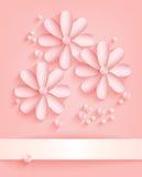 Fondo rosado con las flores de papel y las perlas Imagen de archivo libre de regalías