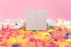 Fondo rosado con las jaleas azucaradas y la libreta en blanco Lugar para su texto imagen de archivo libre de regalías