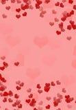 Fondo rosado con los corazones rojos volumétricos Foto de archivo libre de regalías