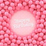 Fondo rosado de las bolas del caramelo con feliz cumpleaños Imagen de archivo libre de regalías