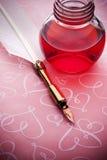 Fondo rosado del amor de la pluma de la tinta Foto de archivo libre de regalías