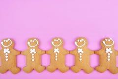 Fondo rosado festivo del día de fiesta de la Navidad del tema con el pan de jengibre Fotografía de archivo libre de regalías