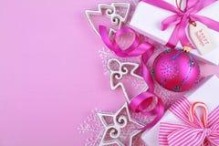 Fondo rosado festivo moderno del día de fiesta de la Navidad del tema con deco Imagen de archivo libre de regalías