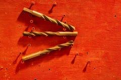 Fondo rosso con differenti trapani fotografia stock