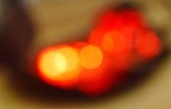 Fondo rosso confuso e struttura della lampadina Fotografia Stock