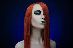 Fondo rosso del blu dei capelli di trucco verde della ragazza Fotografia Stock