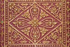 Fondo rosso della parete del tempio dell'oro dello stucco del modello Immagine Stock Libera da Diritti