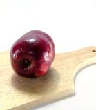 Fondo rosso di bianco della mela Fotografie Stock Libere da Diritti