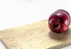 Fondo rosso di bianco della mela Immagini Stock