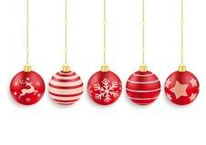 Fondo rosso di bianco di 5 bagattelle di Natale Fotografia Stock