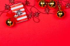 Fondo rosso di Natale con il regalo e la decorazione Fotografie Stock Libere da Diritti
