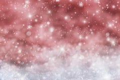 Fondo rosso di Natale con neve, Snwoflakes, stelle Immagini Stock