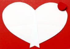 Fondo rosso di San Valentino con la scatola di regalo e del cuore Immagine Stock