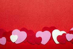 Fondo rosso e rosa dei cuori di giorno di biglietti di S. Valentino Fotografie Stock Libere da Diritti