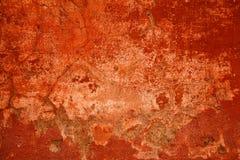 Fondo rosso luminoso astratto Calcestruzzo della parete nocivo entro tempo Fotografia Stock Libera da Diritti