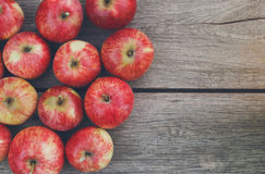 Fondo rosso maturo fresco dolce del raccolto della mela Fotografia Stock