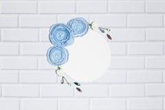 Fondo rotondo bianco con i fiori fatti a mano del ranunculus Immagine Stock Libera da Diritti