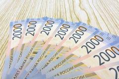 Fondo russo dei soldi Nuove 2000 e 200 rubli, vecchie banconote nelle denominazioni di 100, 500, 1000 e 5000 rubli russe ruble Fotografie Stock
