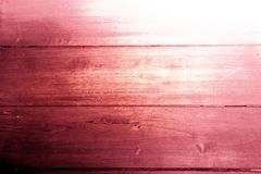 Fondo rustico textura de madera en color rosa rojo violeta lila y blanco. Rustic background wooden texture in violet pink and red colors with white royalty free stock image