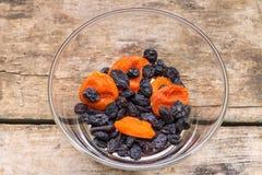 Fondo sano del alimento Frutas secadas en la tabla de madera Imagen de archivo libre de regalías