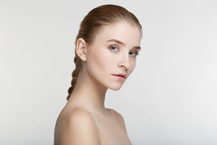 Fondo sano del blanco de la salud del cuidado de piel de la mujer joven del retrato de la belleza Fotos de archivo libres de regalías