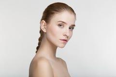 Fondo sano di bianco di salute di cura di pelle della giovane donna del ritratto di bellezza Fotografie Stock Libere da Diritti