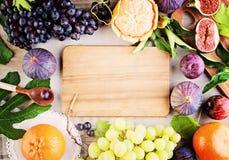 Fondo sano di cibo con i frutti organici fotografie stock libere da diritti