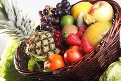 Fondo sano di cibo La frutta e le verdure differenti di fotografia dell'alimento hanno isolato il fondo bianco Fotografie Stock