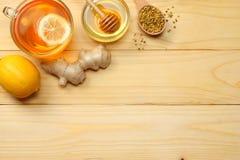 Fondo sano honey, honeycomb, lemon, tea, ginger on light wooden table Visión superior con el espacio de la copia foto de archivo libre de regalías