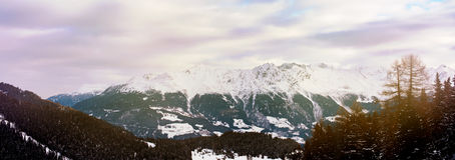Fondo scenico del paesaggio della montagna di inverno delle alpi Fotografia Stock