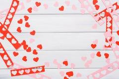 Fondo scrapbooking fatto a mano di giorno di S. Valentino, carta dei cuori di taglia incolla Fotografia Stock Libera da Diritti
