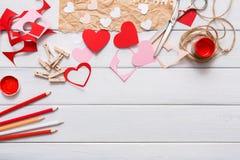 Fondo scrapbooking fatto a mano di giorno di S. Valentino, carta dei cuori di taglia incolla Immagini Stock Libere da Diritti