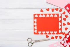 Fondo scrapbooking fatto a mano di giorno di S. Valentino, carta dei cuori di taglia incolla Fotografie Stock