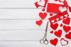 Fondo scrapbooking fatto a mano di giorno di S. Valentino, carta dei cuori di taglia incolla Fotografia Stock