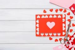 Fondo scrapbooking fatto a mano di giorno di S. Valentino, carta dei cuori di taglia incolla Fotografie Stock Libere da Diritti