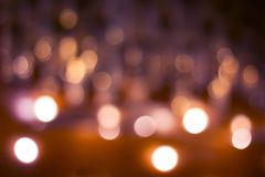 Fondo scuro astratto con i cerchi vaghi luminosi con il predom immagini stock libere da diritti